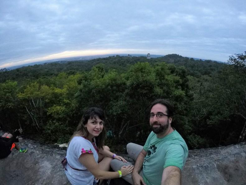 Vendo o sol nascer em cima de uma pirâmide Maia em Tikal, na Guatemala, segundo trimestre de gravidez. Babymoon