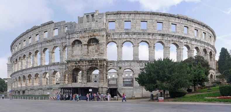 Queria muito ter visitado o Anfiteatro romano em Pula, Croácia, foto retirada do site Wikipedia.