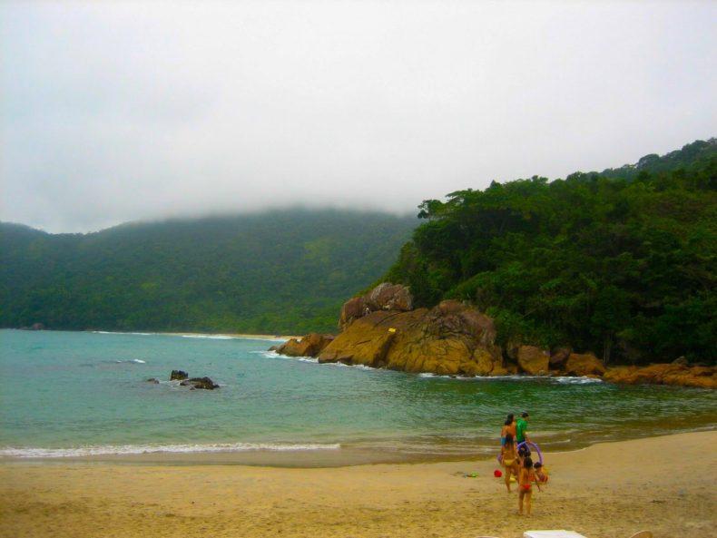 Praia do Meio em dia nublado.