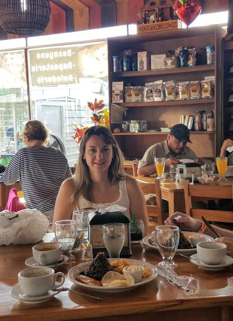 roteiro pela Costa Rica.  Café da manhã no Rainforest Café comendo Gallo Pinto em forma de vulcão.