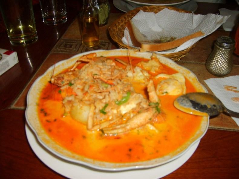 o que comer e beber no Peru para aproveitar sua viagem: 1- Lomo Saltado, 2- Ceviche; 3- Arroz con Mariscos; 4- Ají de Gallina; 5- Pachamanca