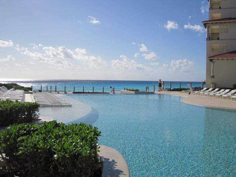 Piscina do hotel com vista do mar de Cancún na Riviera Maya