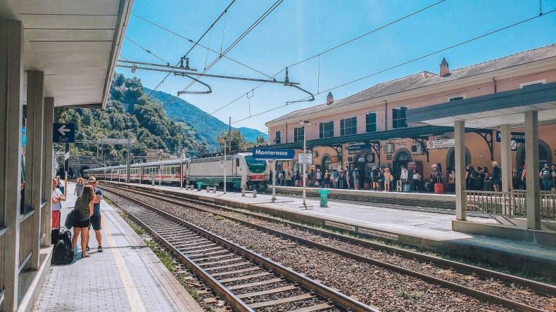 Na Estação de Trem em Cinque Terre, rumo à capital da Toscana, Florença. enfim enquanto então entretanto eventualmente igualmente inegavelmente inesperadamente mas outrossim pois porquanto porque portanto posteriormente precipuamente primeiramente primordialmente principalmente salvo semelhantemente similarmente