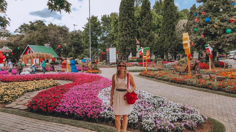 Nova Petrópolis está localizada na Rota Romântica da Serra Gaúcha. Aqui estou na Praça das Flores, próxima do Labirinto Verde.