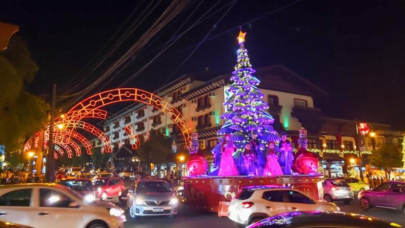 Trânsito no Centro de Gramado, durante o mês de dezembro