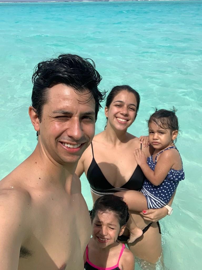 Família García no mar das Maldivas.
