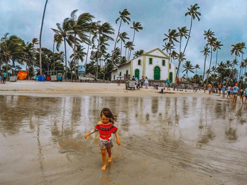 criança na igrejinha da praia dos carneiros