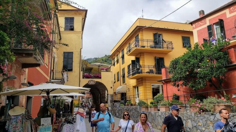 Nosso hotel bem localizado em Monterosso Al Mare. Hotel Margherita está à direita da foto, em amarelo. Reserve pelo site elizabethwerneck.com