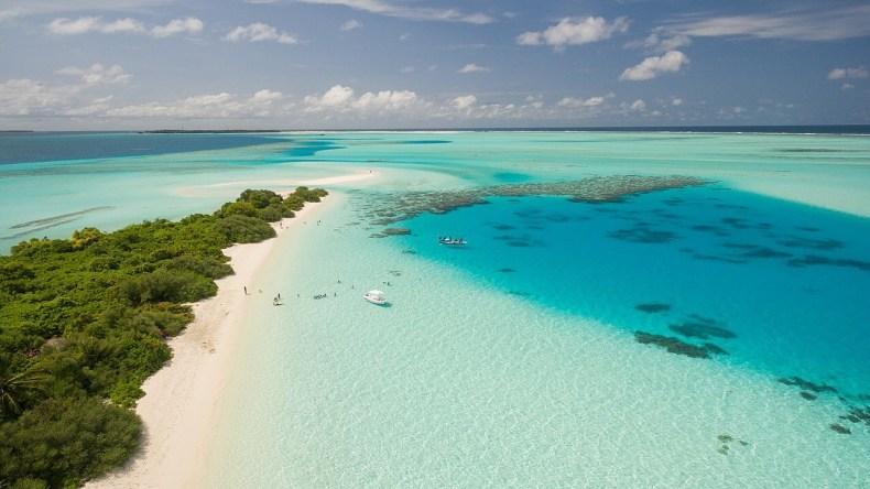 Vista aérea do Atol de Dhaalu e da Ilha de Maafushi (no canto esquerdo). Foto da Wikipedia