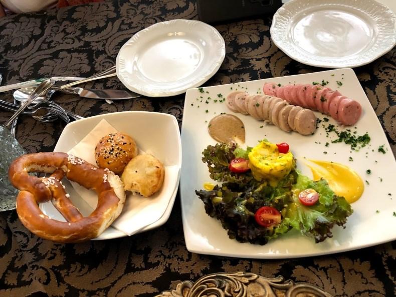 prato típico alemão. Bretzel e Wurst com mostarda