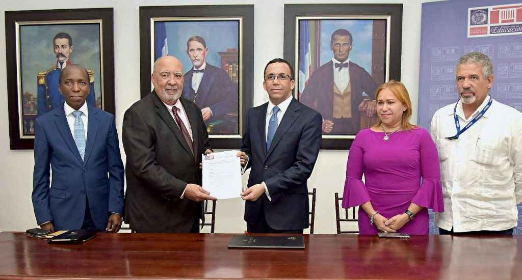 Resultado de imagen para Ministro de Educación Andrés Navarro dispone modelo de excelencia para gestión de diversas escuelas