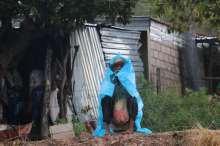 Un anciano se resguarda de la lluvia en el bloqueo de Atlixtac por el tema del fertilizante