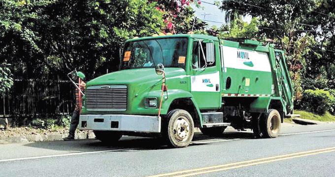 Una de las brigadas de Móvil Soluciones Ambientales realiza su jornada diaria de recogida de basura.