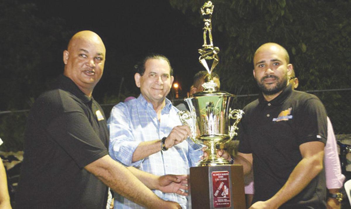 Al centro el senador Amílcar Romero entrega la copa del Torneo Superior del Club Caonabo a los dirigentes Martín Paredes y Ramón Honrado.