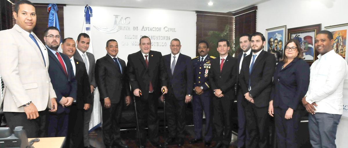 Luis Ernesto Camilo y Alejandro Giammattei junto a los funcionarios presentes en el encuentro.