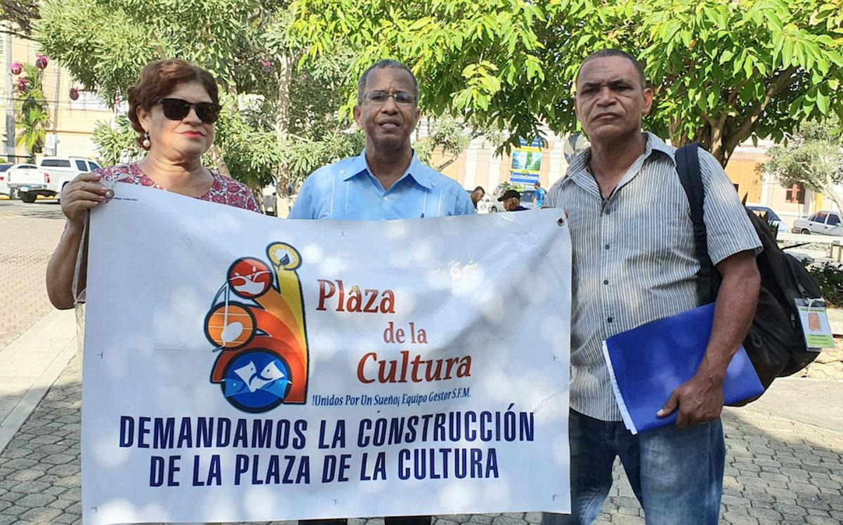 Desde la derecha, Oscar Escarraman, José Manuel Acosta y Carmen Taveras, del Comité Pro-Construccion Plaza de la Cultura