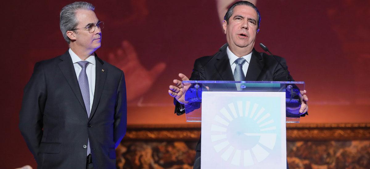 De izquierda derecha, los señores René Grullón, vicepresidente ejecutivo senior de Negocios Nacionales e Internacionales y Francisco Javier García, ministro de Turismo.