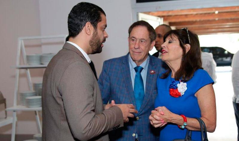Yerik Pérez, director de MLB en la República Dominicana, conversando con la Embajadora de los Estados Unidos en RD, Robin Bernstein