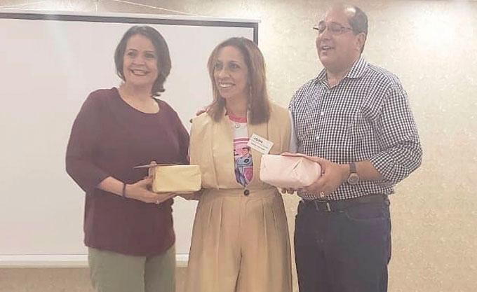 ❏ Al centro Eulalia Henriquez juntos a los doctores Roberto Cerda y Juliana Fajardo