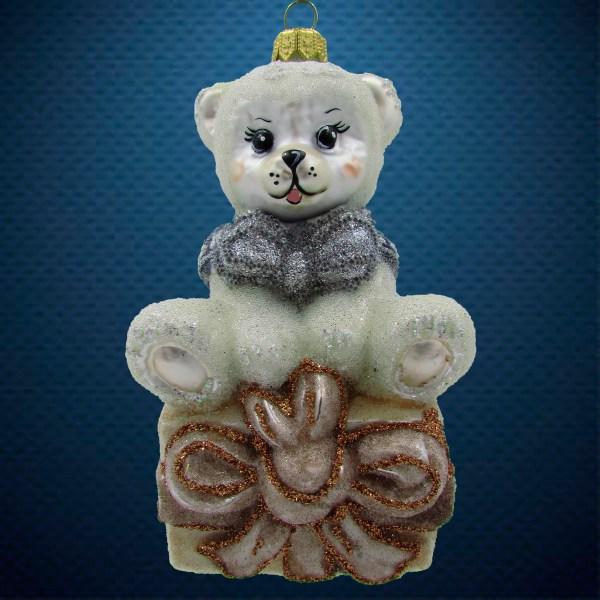 Стеклянная елочная игрушка Мишка на подарке 1