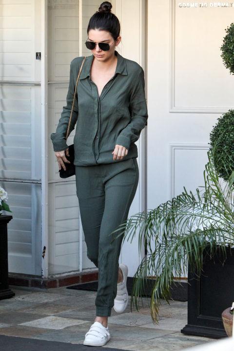 Deixando escritório do seu dermatologista com um macacão verde MONROW, branco velcro cinta-sneakers Kenneth Cole, e um saco Saint Laurent preto.