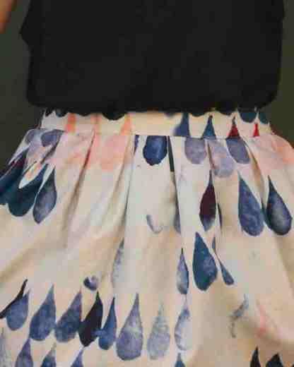 Zoom sur la jupe modèle BORDEAUX avec des gouttes d'eau