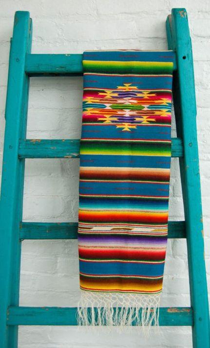 Lateinamerikanischer Teppich bunt gestreift |7 STEPS: Die perfekte Mexikanische Dekoration
