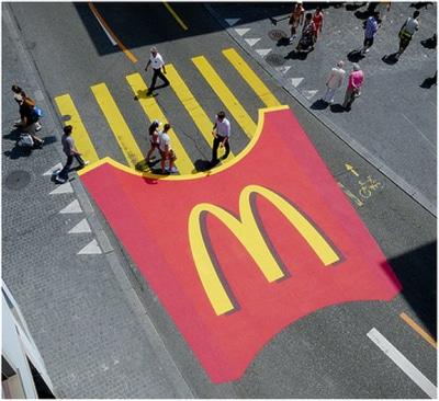 anuncio de Mc Donalds en paso de peatones