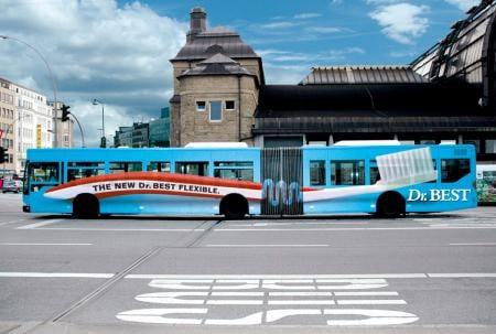 anuncio de publicidad autobus con rotulo de cepillo de dientes