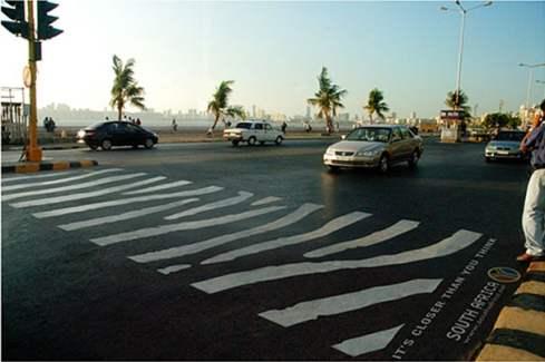 anuncio de paso de peatones con forma de rayas de cebra