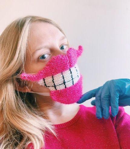 mujer con mascarilla tejida a mano con forma de boca gigante
