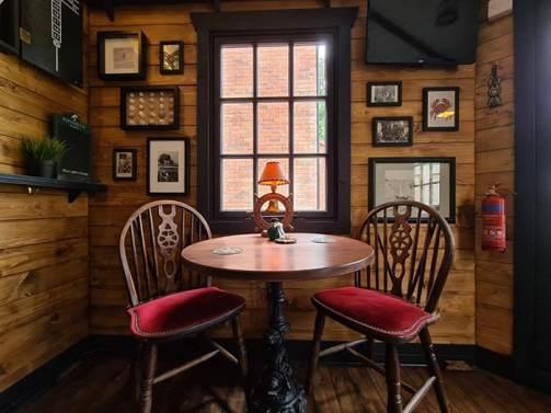 mesa para dos en el pub durante el confinamiento