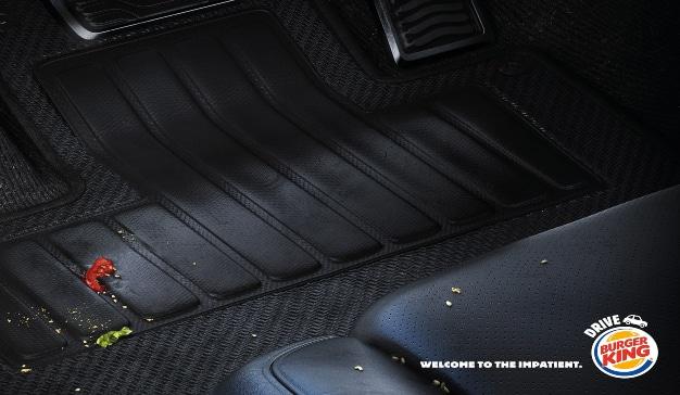 Interior de un coche lleno de migas nuevo anuncio de Burger King