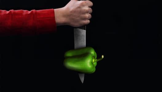 Imagen de un pimiento verde atravesado por un cuchillo en la campaña de Halloween de Telepizza