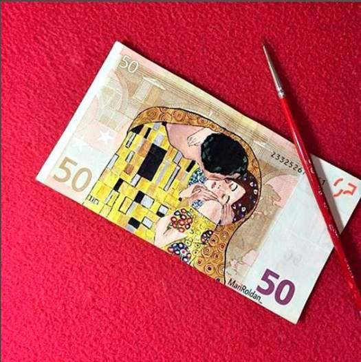 El beso de Klimt, por Mari Roldán. billetes de euros pintados