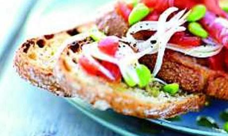 Τραγανά καναπεδάκια με σαλάμι και ξηρούς καρπούς  16 λεπτές φέτες σαλάμι  8 φέτες ψωμί (ψημένες για 10΄ στο φούρνο στους 180ο C)  2 ντομάτες  100 γραμμ. φιστίκια Αιγίνης  6 κρεμμύδια για στιφάδο  1 κ.γ. δυνατή μουστάρδα  6 κ.σ. ελαιόλαδο  αλάτι, πιπέρι