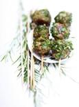Μοσχαρίσια κεφτεδάκια με μυρωδικά  400-500 γραμμ. κιμά μοσχαριίσιο  1 ματσάκι μαϊντανό  1 ματσάκι κόλιαντρο  1 αβγό  2 κ.σ. τριμμένη φρυγανιά  1 σκελίδα σκόρδο  1 φρέσκο κρεμμυδάκι  1/2 κρεμμύδι  1 φρέσκια καυτερή πιπεριά  ελαιόλαδο