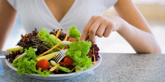 Η δίαιτα των 12 Μερίδων  Είναι ιδανική για όσες έχουν ξεπεράσει την ηλικία των τριάντα ετών και θέλουν να χάσουν βάρος γρήγορα και αποτελεσματικά, ακόμα και αν ο μεταβολισμός τους έχει... πατήσει φρένο.  Οι αρχές Το «κλειδί» βρίσκεται στην καλή ψυχολογία. Όσο πιο θετικά σκέφτεστε για το σώμα σας, τόσο πιο εύκολα θα απαλλαγείτε από τα περιττά κιλά. Το πρόγραμμα αυτό διαρκεί τρεις εβδομάδες και βασίζεται σε πολλά και μικρά γεύματα την ημέρα, σε συνδυασμό με σωματική άσκηση. Το καθημερινό διατροφολόγιο πρέπει να περιλαμβάνει 12 μερίδες από συγκεκριμένες διατροφικές κατηγορίες: - 3 μερίδες λαχανικών (1 μερίδα = 1 με 2 φλιτζ.) - 3 μερίδες φρούτων (1 μερίδα = 1 μέτριο φρούτο ή 1 φλιτζ. ψιλοκομμένα φρούτα) - 3 μερίδες πρωτεΐνης (1 μερίδα = 85-113 γραμμ. κρέας, ψάρι ή πουλερικά, χωρίς λίπος ή πέτσα, 1 φλιτζ. γαλακτοκομικά προϊόντα χωρίς λιπαρά ή 1/2 φλιτζ. όσπρια) - 2 μερίδες προϊόντων ολικής αλέσεως (1 φέτα ψωμί ή 1/2 φλιτζ. μαγειρεμένα ζυμαρικά ή δημητριακά πρωινού) - 1 μερίδα υγιεινών λιπαρών (1 μερίδα = 1 κ.σ. ελαιόλαδο ή λινέλαιο ή 2 κ.σ. ανάλατους και ωμούς ξηρούς καρπούς, 1 με 2 κ.σ. φιστικοβούτυρο ή κάποιο άλλο βούτυρο από ξηρούς καρπούς, όπως για παράδειγμα, αμυγδάλου ή 1/2 φλιτζ. αβοκάντο)  Για να δείτε ακόμα πιο εντυπωσιακά αποτελέσματα είναι σημαντικό να ακολουθήσετε και τους παρακάτω κανόνες: - 12' άσκησης την ημέρα, όπως γρήγορο βάδισμα, σκοινάκι ή βαθιά καθίσματα. - Φροντίστε να πίνετε ημερησίως τουλάχιστον δύο λίτρα νερό. - Κάντε μία βόλτα στον ήλιο. Η βιταμίνη D είναι απαραίτητη για την καλή λειτουργία του οργανισμού. - Κλείστε τα φώτα της κουζίνας σας μετά τις οκτώ και προσποιηθείτε πως το δωμάτιο αυτό απλώς δεν υπάρχει. - Η σωστή λειτουργία του εντέρου σας είναι το Α και το Ω στη δίαιτα. Αν αντιμετωπίζετε πρόβλημα, προμηθευτείτε κάποιο ειδικό συμπλήρωμα διατροφής. - Και, πάνω απ' όλα, είναι απαραίτητη φυσικά η θετική διάθεση.  Τα πλεονεκτήματα Μείον δέκα κιλά σε τρεις εβδομάδες χωρίς να εξαντλήσετε τον οργανισμό σας είναι ένα μεγάλο πλεονέκτημα. Ο αρμονικ