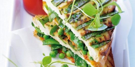 Σάντουιτς με αρακά και μπιζέλια 4 μεγάλες και χοντρές φέτες ψωμί (μόνο ψίχα) 100 γραμμ. φρέσκος αρακάς 150 γραμμ. φρέσκα γλυκομπίζελα 70 γραμμ. τυρί σε κρέμα (ή 4 τριγωνάκια) 1 ματσάκι σχοινόπρασο 60 γραμμ. βούτυρο ημιανάλατο 1 κουτί πελτές ντομάτας μερικά φύλλα ρόκας αλάτι