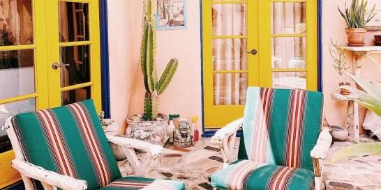 Δες πώς μπορείς να μεταμορφώσεις ένα παλιό εξοχικό με τα σωστά χρώματα! 47 υπέροχες γωνιές από το παραθαλάσσιο σπίτι της Victoria Smith στην Καλιφόρνια, θα σε εμπνεύσουν για να μεταμορφώσεις το παλιό σου εξοχικό εύκολα και οικονομικά.