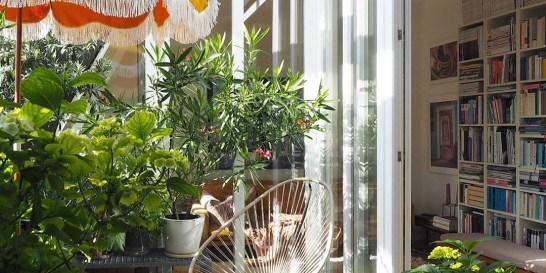 Πώς θα φτιάξω μια πράσινη όαση στη μικρή βεράντα μου; (25 ιδέες από €12,99) Η interior designer Friederike από το Μόναχο έχει δημιουργήσει μια μικρή ζούγκλα στο μπαλκόνι της. Δες τις φωτογραφίες της και βρες τα έπιπλα και αξεσουάρ κήπου που θα χρειαστείς για να ανανεώσεις κι εσύ τους εξωτερικούς χώρους του σπιτιού σου.