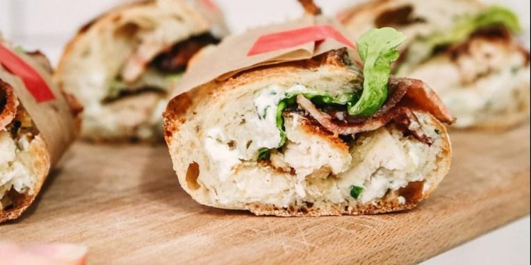 Φτιάξαμε τα πιο νόστιμα σπιτικά σάντουιτς με κοτόπουλο Με αγνά υλικά ετοιμάσαμε το τέλειο σνακ και για το γραφείο και για το πικνίκ.