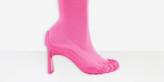 Τα νέα ugly shoes έχουν την υπογραφή του οίκου Balenciaga Τα toe shoes είναι τα αμφιλεγόμενα παπούτσια της μόδας, που ήρθαν να ταράξουν τα νερά της μόδας.