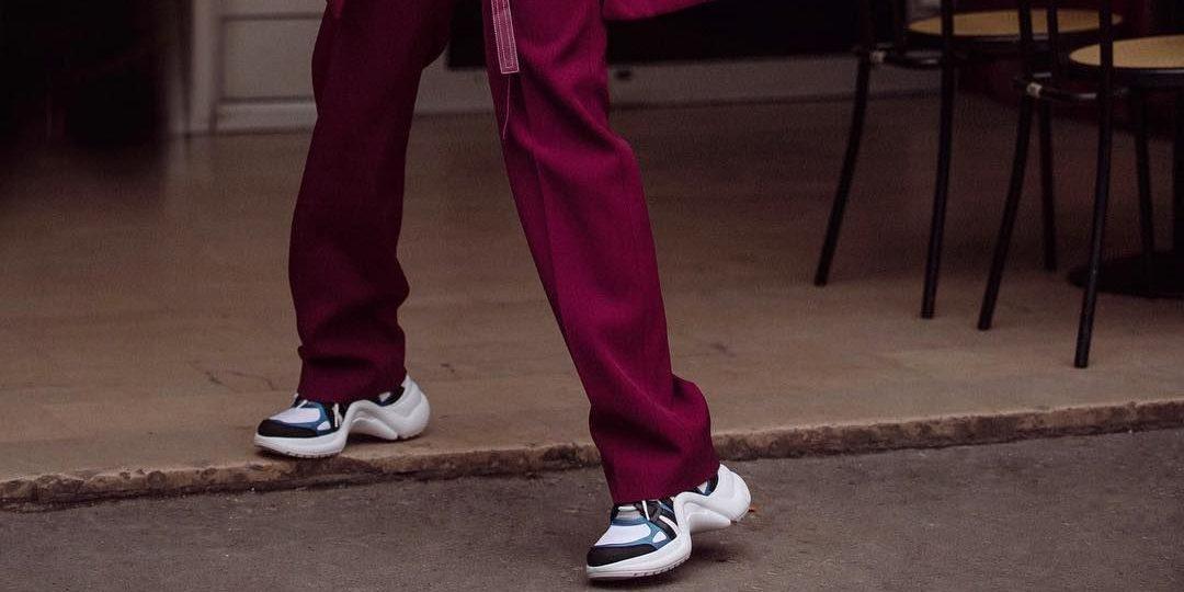 Κοστούμι + sneakers: Το λουκ που θα κάνεις πραγματικά όλη τη μέρα