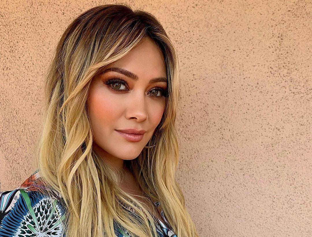 Αν βαριέσαι τα συμβατικά χτενίσματα, πρέπει να δεις το νέο hair look της Hilary Duff
