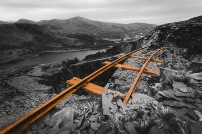 verlassener Schieferbruch, das Gleis ragt ins leere