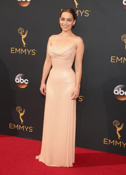 La actriz de Juego de Tronos acudió tan sencilla como elegante con estevestido nude deAtelier Versace.