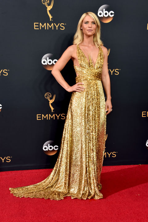 La actriz estadounidense deslumbró con un bonito vestido de Schiaparelli Couture repleto de destellos dorados y joyas deForevermark.