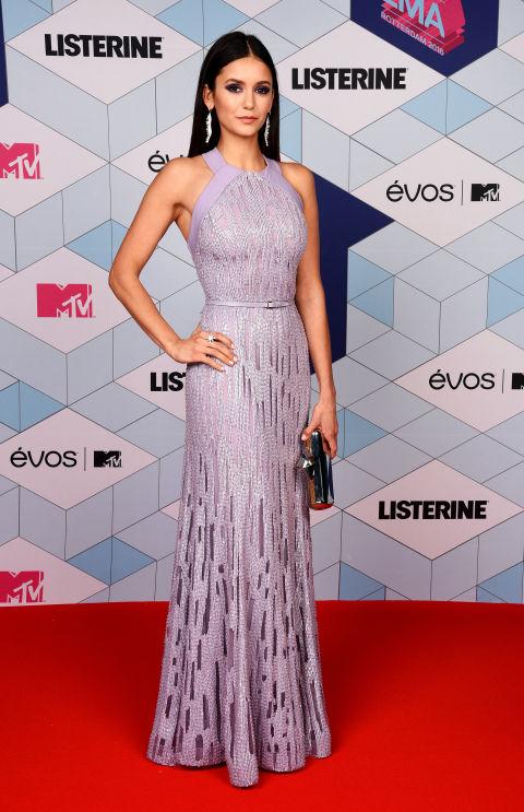 La actriz Nina Dobrev llevó un vestido lila de Elie Saab.