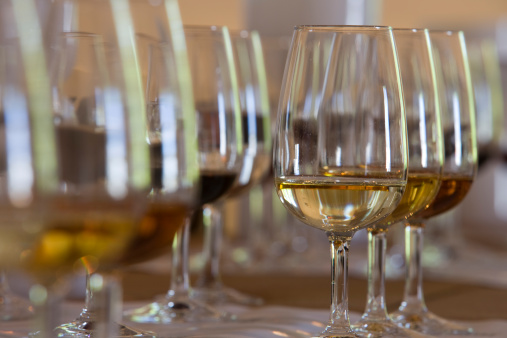 """""""Esiste un solo tipo di drink da bere prima di cena: lo sherry. Ma, per carità, non servite uno sherry dolce, preferite uno secco. Anche il vino bianco o lo champagne possono essere offerti prima di cena mentre il vino rosso è preferibile durante il pasto. Evitate accuratamente la birra come aperitivo""""."""